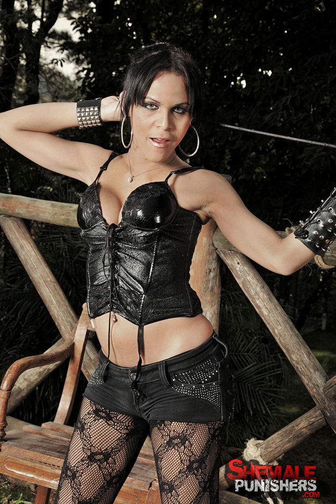 Kinky Ts Dommes Destroy A Slave: Juliana, Nicoly, Vivi.