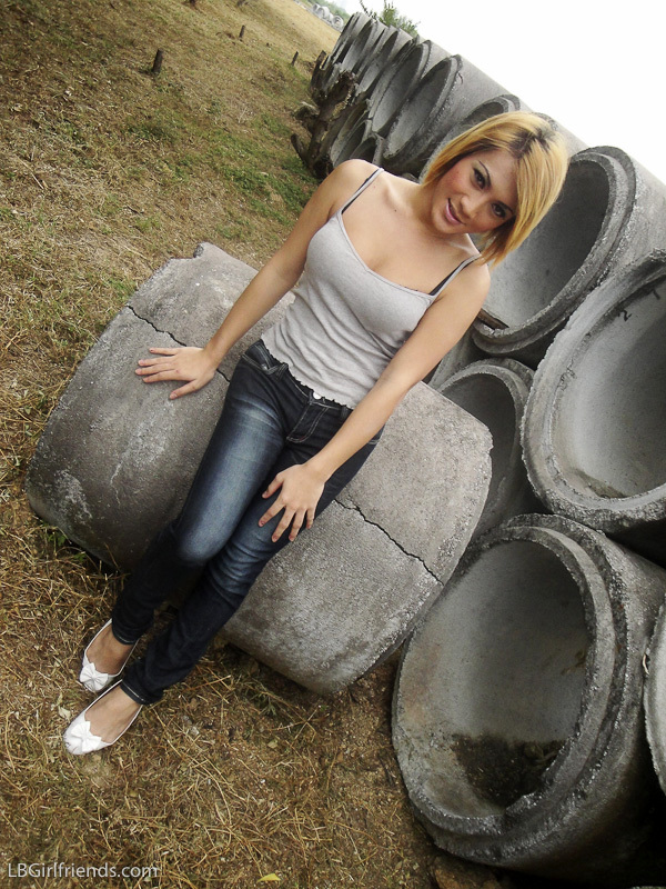 T-Girl Oil Shows Her Nice Tool From Jeans At Construction